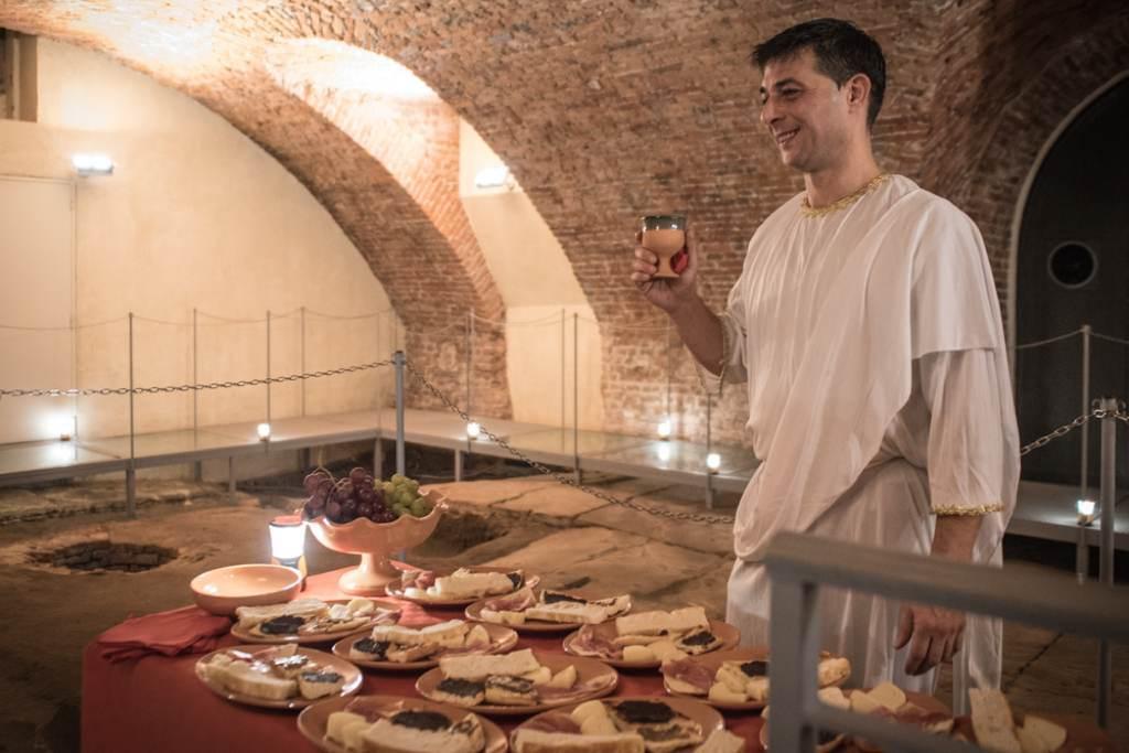 Un aperitivo in stile romano nel foro romano con un oste for Cibo romano
